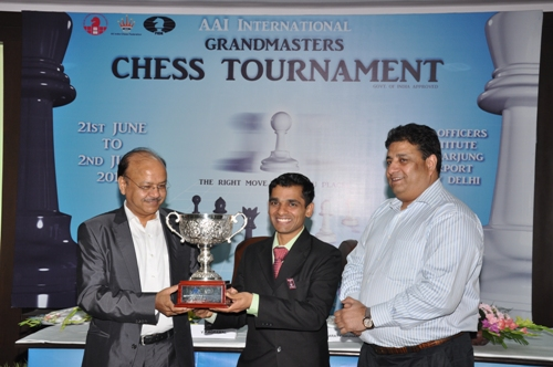 AAI r10 GM Sasikiran receiving trophy
