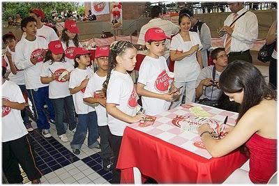 Kosteniuk Signing autographs
