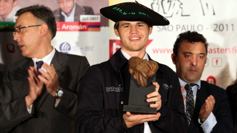 Magnus Carlsen with the winner's trophy and traditional txapela