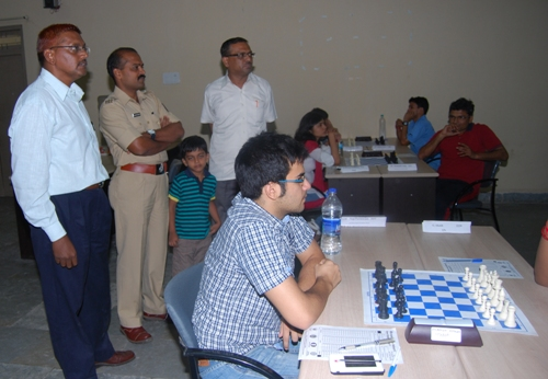 Defending champion Negi is ready to start the game. At the right is the organiser Vijay Deshpande.