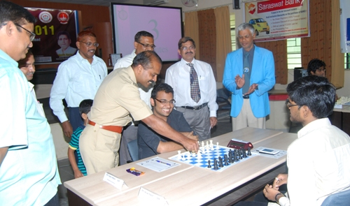 Dy.Commissioner of Police Somnath Gharge inaugurated the tenth round. Abhijeet defeated Shyam later. Chief arbiter Anantharam (right), arbiters Bhilare (left) and Dr. Tandel (with tie) look on