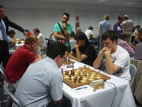 FM Angel Arribas (in white T-shirt) beat  the top-seed of the daily group, GM Renier Vazquez