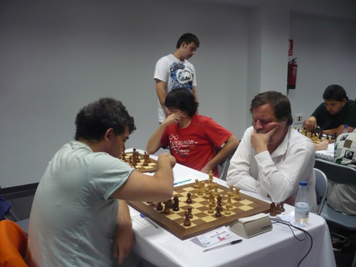 Rafael Gonzalez (in white shirt, rated 2186) drew against IM Daniel Barria and is currently on a 2446 performance