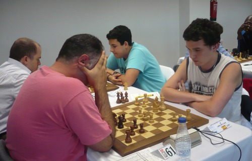 Surprise-boy Adrian Suarez (blue T-shirt) and IM David Larino (white T-shirt), who scored 4 out of 4 in the weekend group