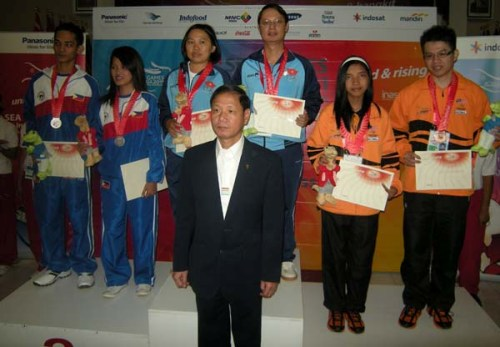 FIDE General Secretary Ignatius Leong awarding medals for the Mixed Pair
