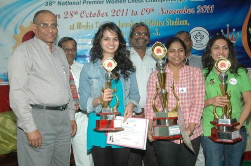 (L to R) Chief Guest D V Sundar, Vice President, FIDE, R C Chatterjee, Chief Arbiter, Tania Sachdev (2nd Runner-Up), K Muralimohan, General Secretary, Tamil Nadu State Chess Association, Champion Mary Ann Gomes, R K Balagunasekaran, Deputy Chief Arbiter, Eesha Karavade (Runner-Up)