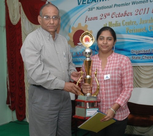 Mary Ann Gomes receiving winner's trophy from Chief Guest Shri D V Sundar, Vice President, FIDE