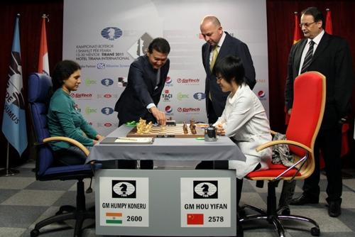 FIDE President Kirsan Ilyumzhinov making the first move for Humpy Koneru