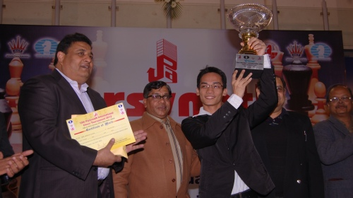 GM Oliver Barbosa receiving Winner's Trophy