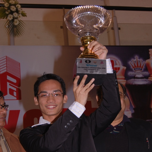 GM Oliver Barbosa with Winner's Trophy