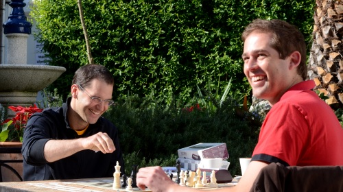 Grandmaster Pablo Lafuente and Alexander Kromhout (RSA) playing in the gardens of the hotel