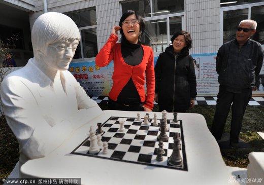 Hou Yifan statue