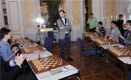 The junior players' welcoming applause for Topalov just before the match