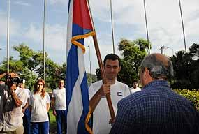 Dominguez holds the Cuban flag at the presentation of the chess team in La Habana
