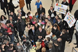 Anna Ushenina welcomed by a crowd and officials at the airport