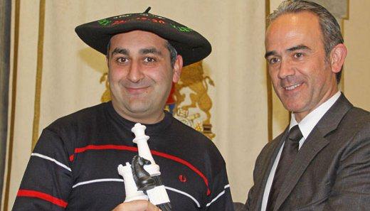Elgoibar Mayor handing the championship trophy to Azeri Grandmaster Azer Mirzoev
