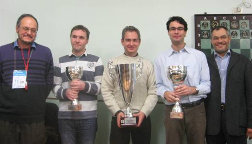 Top three finishers with Claudio Noè, President of Scacchistica Milanese, and Marco Santandrea, chief arbiter