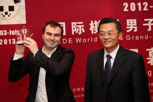 Mamedyarov receiving the winner's trophy