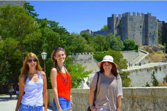 Ksenija Novak, Marta Przedziecka e Katarzyna Toma with the Castle of Venus in Erice