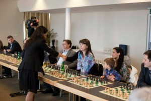 GM Kosteniuk playing a simul