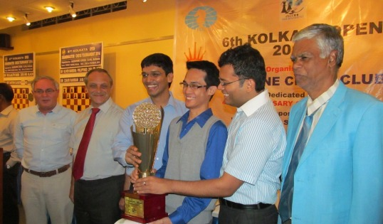 Oliver Barbosa receives the trophy from P Harikrishna and SS Ganguly CHief arbiter R. Anantharam is at the extreme right.