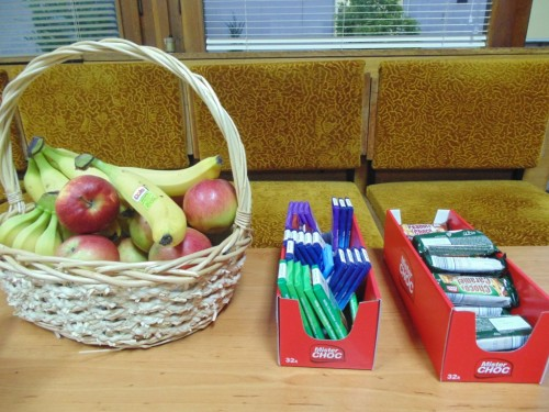 The participants were daily complemented by fresh fruits, chocolates, cookies, water and coffee
