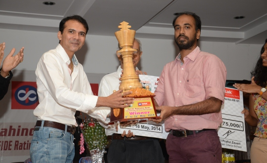 IM Vikramaditya Kulkarni receiving the trophy from Mr.Rishi Gupta, President of Mumbai Suburban Chess Association