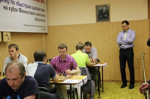 The Tournament Director GM Alexander Raetsky is observing the encounter between Artemiev and Kokarev