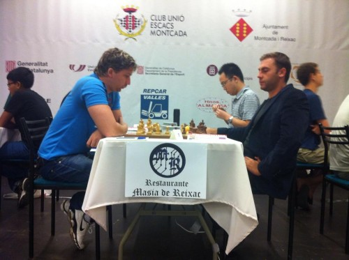 Round 4, Board 1: IM Camilo Gomez outplayed FM Roman Oganisian in Dragon Variation of Sicilian Defence