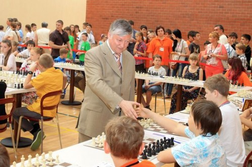 Anatoly Karpov gives a simultaneous exhibition on 73 boards (Photo: Vladimir Barsky)
