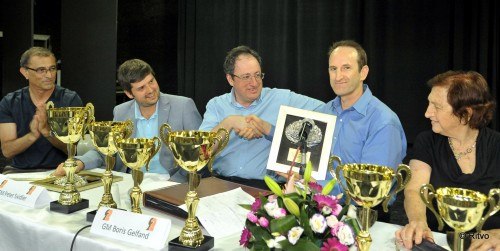 Gelfand and Svidler receiving a special gift from the organizers, a sculpture of Jerusalem plated in silver and gold