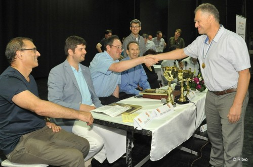 Grandmaster Alexander Khuzman, trainer of Boris Gelfand for 24 years, receives a medal and a handshake from Gelfand