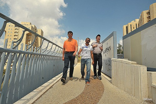 Co-organizer Alon Cohen-Revivo (center) takes Svidler (left) and Gelfand (right) to the tournament venue
