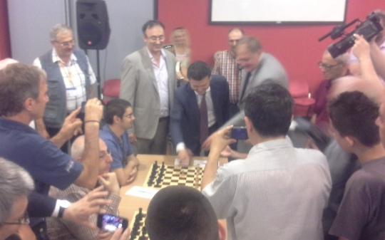 FIDE President Kirsan Ilyumzhinov making the first move in round 8 of Vojvodina International Championship