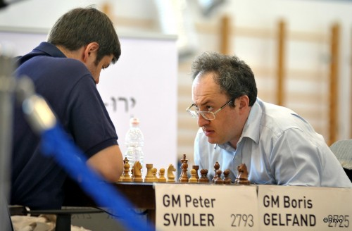 Gelfand sneaks a glance at his opponent