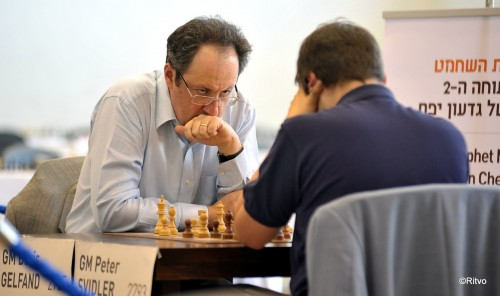 Gelfand sneaks another glance at his opponent