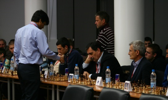 Harikrishna making his move against famous basketball coach Vlado Djurovic