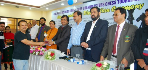 3rd GM Niaz Murshed receiving his prize from Chief Guest