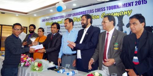 Champion GM Abdulla Al-Rakib receiving his prize