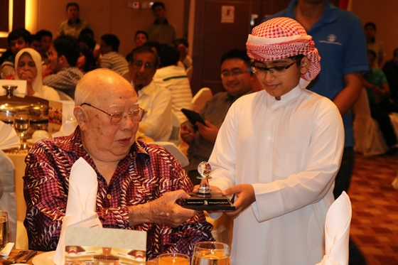 Dato' Tan Receiving a Gift from Young UAE Player
