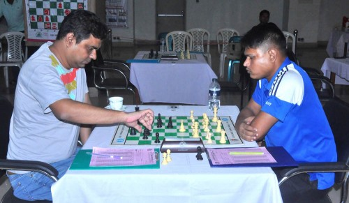 Round 2 GM Rahman Ziaur (left) Vs. FM Mohammad Javed (right)