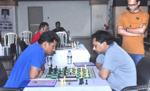 Round 2: IM Abu Sufian Shakil (left) Vs. GM Hossain Eanmul (right)