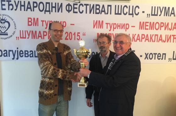 GM Milos Pavlovic receiving the winner's trophy