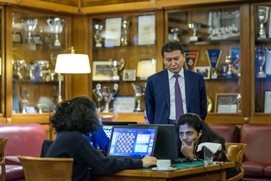 The FIDE President following the ongoing games