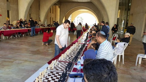 GM Guseinov delivers a simultaneous exhibition
