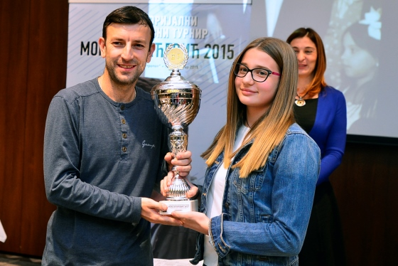 GM Miodrag R Savic receiving the trophy from Vucicevic family