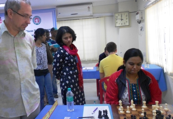 GM Neverov Valeriy & WGM Kulkarni Bhakti watching IM Vijayalakshmi Subbaraman's game