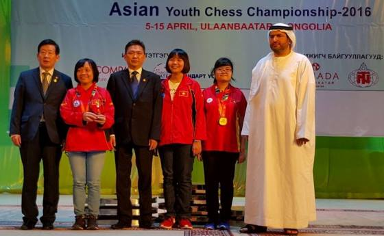 Sainbayar Tserendorj and Hisham Al-Taher with Vietnamese players including under 18 girls champion