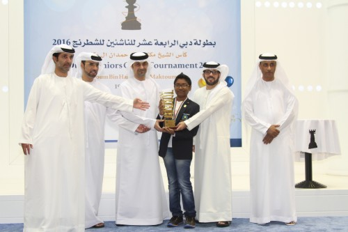 FM Mohammad Rahman receives the Sheikh Maktoum Bin Hamdan Al Maktoum Cup and the US$2,000 champion's prize