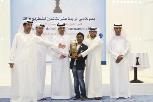 FM Mohammad Rahman receives the Sheikh Maktoum Bin Hamdan Al Maktoum Cup and the US$2,000 champion's prize